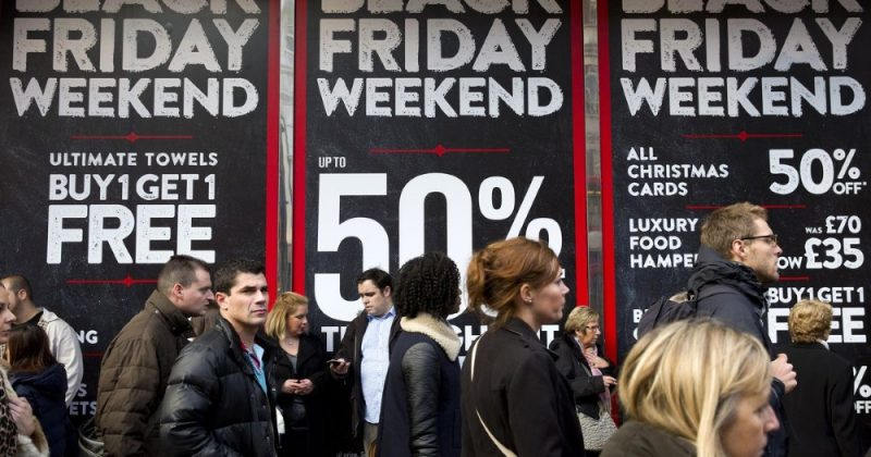 U.S. shoppers spend less over holiday weekend amid discounting